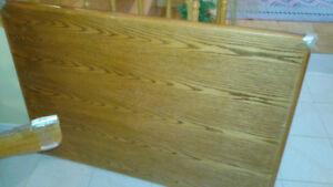 Table rectangulaire de couleur bois, bon état, 4'x3'