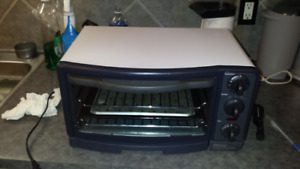 TOASTER OVEN/ BROILER/BETTY CROCKER