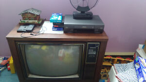 Tv, meuble avec vidéo cassette VHS, en bonne condition