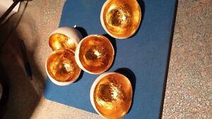 Très original et délicat, 5 oeufs colorés d'or à l'intérieur