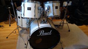Batterie Pearl Export 5 tambours, pieds et pédales très propre