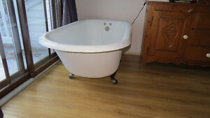 Bain antique en fonte sur patte