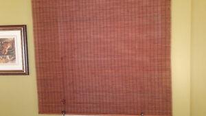 Store en bois brun