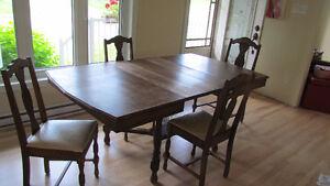 une table et 4 chaises  antique Saguenay Saguenay-Lac-Saint-Jean image 1