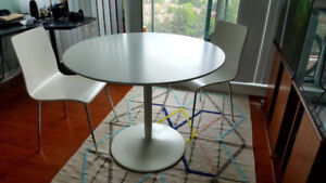 White round tulip table with 2 dining chairs-excellent condition