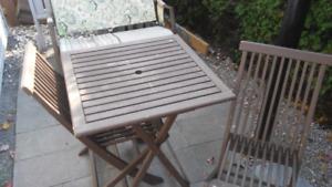 Table et chaises extérieures bois