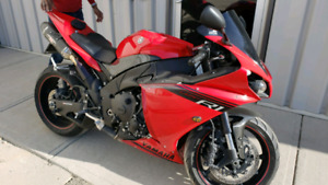 2014 yamaha r1 in gret conditon $10,999 active ride todY