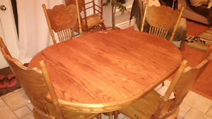 Used Oak solid wood dinning table with 6 chairs - Great deal! Kitchener / Waterloo Kitchener Area image 6