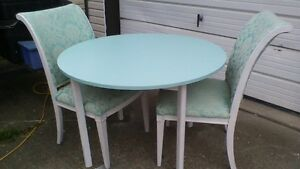 APARTMENT SIZE TABLE AND CHAIRS