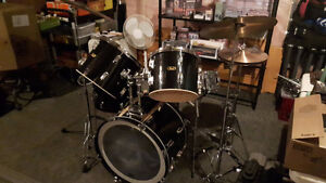 Pearl 5 pcs Drum Set and box of Accessories