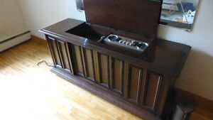 Vintage ELECTROHOME Stereo Console with Turntable & Radio