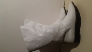 VINTAGE *White Leather Boots*- Size 7- Excellent Condition