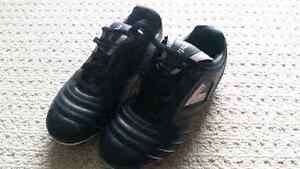 Youth soccer shoes - size 3