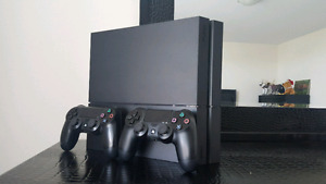 OBO PS4 Mint Condition 7 Games 2 Controllers