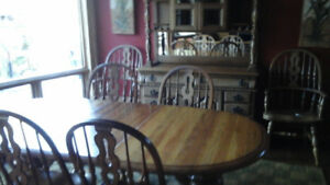 Oak table & 6 chairs with oak hutch - excellent condition-