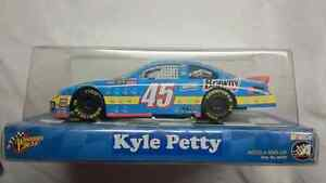 NASCAR DIE CAST 1:24 KYLE PETTY #45 HANDS TO VICTORY WINNERS CIR