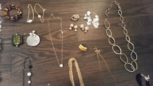 Large assortment of jewellry & watches