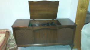 RCA VINTAGE RECORD PLAYER WITH AM/FM STEREO