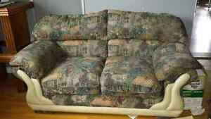 2 sofas double, 2 petites tables et 1 grande table de salon