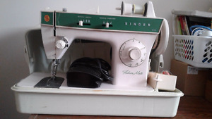 SINGER SEWING MACHINE IN EXCELLENT CONDITION