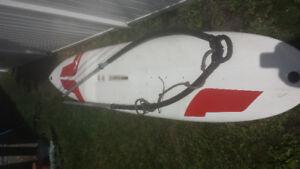 Planche à voile (sans voile) et wishbone