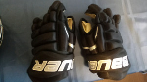 Bauer hockey gloves and knee protectors