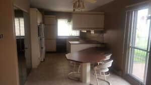 armoires de cuisine + table + 2 electros,  condition excellente
