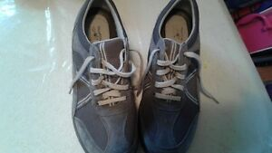 LIKE NEW LADIES SNEAKERS SIZE 9