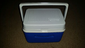 AWESOME RUBBERMAID LUNCH COOLER JUST LIKE NEW ONLY 7$...........