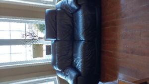 Causeuse et divan en cuir. L'ensemble pour seulement 550$
