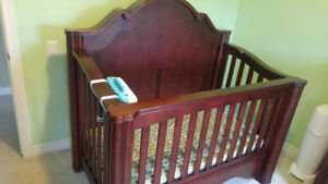 Beautiful crib that changes into a double bed