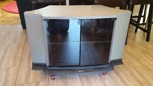 Meuble à télévision sur roue et pivotante Toshiba usagé