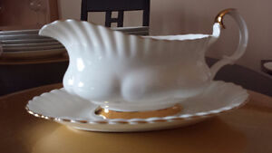 Assiette ovale et saucier, Bone China Val D'Or, Royal Albert