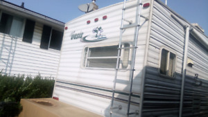 2002 fifth wheel camping trailer sold as is