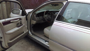 DOIT VENDRE Lincoln Town Car  HAS TO GO