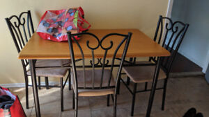Table et 4 chaises / Set of table and 4 chairs