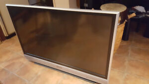 "Télé Panasonic 52"" PT-52LCX66 excellente condition"