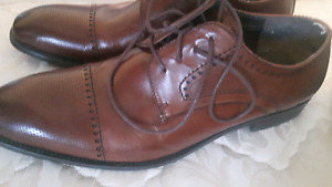 Selling near-mint condition Town Shoes men's oxfords, size 11.