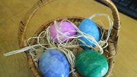Joli panier en osier avec des oeufs de Pâques en marbre