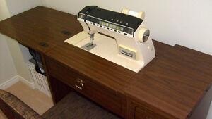 Machine à coudre SINGER avec meuble