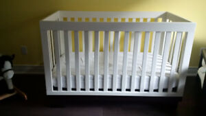 Modern Metro Crib and Simmons Mattress - Excellent Condition!
