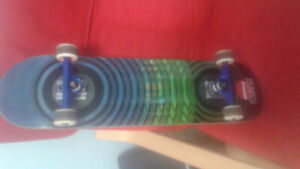 Skateboard de qualité. Deck almost, trucks venture, roues empire