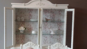 Beautiful hutch/ dinner table 6 chairs