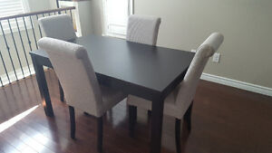 Extendable Dining Table w. two leaves