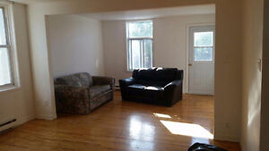 Nice Apartment 4 1/2 at Rue Hadley Montreal Price Negiable
