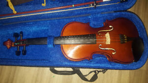 A 4/4 Violin with its bag