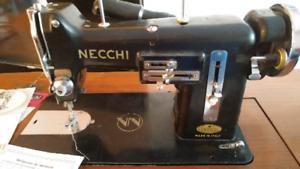 Machine à Coudre Necchi 1951 avec accessoires meuble et chaise