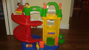 Garage fisher price + piste de course en bonus