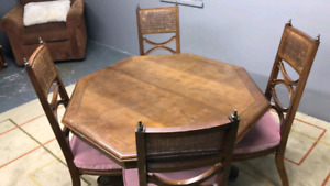 Extendable table + 4 chairs /delivery available
