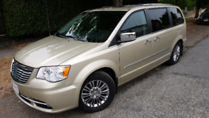 LUXURY Chrysler Town & Country LIMITED Fully Loaded Minivan, Van
